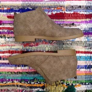 Indigo Rd Amanza Taupe Ankle Boots Size 8